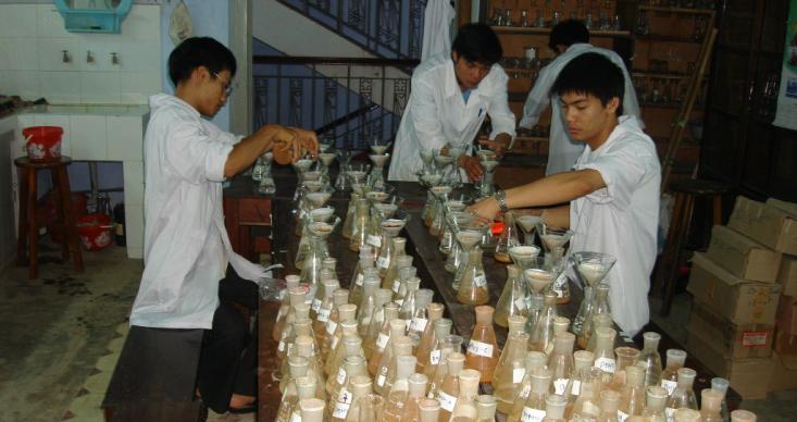 Sinh viên thực hành tại phòng thí nghiệm